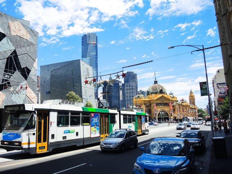 Tranvía ligera del carril que corre a través de una calle cerca del ferrocarril icónico de calle del Flinders foto de archivo libre de regalías