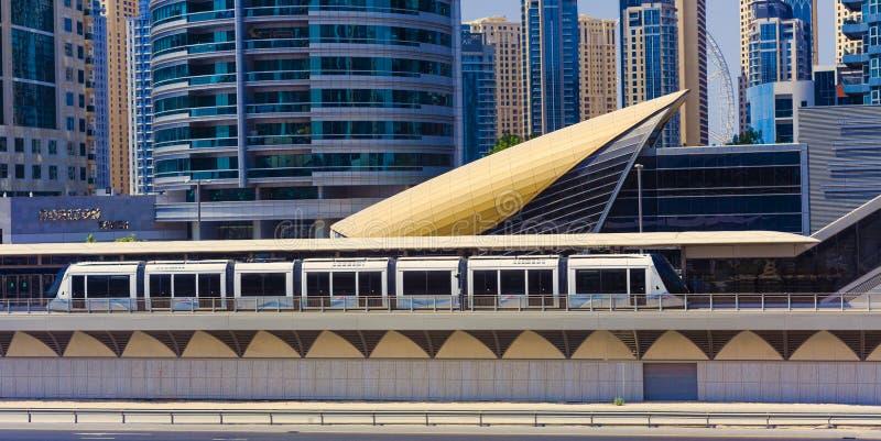 Tranvía moderna para el transporte en la ciudad de Dubai, emiratos del árabe de UAEd fotos de archivo libres de regalías