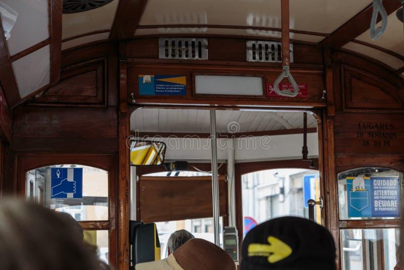 Tranvía pública típica de Lisboa dentro imágenes de archivo libres de regalías