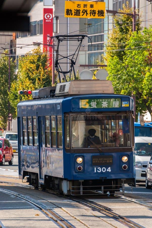 Tranvía que actúa en Nagasaki, Japón fotografía de archivo