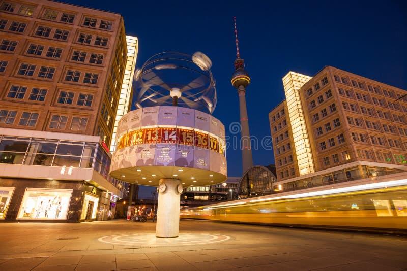 Tranvía que apresura en Berlin Alexanderplatz y el reloj mundial imagenes de archivo