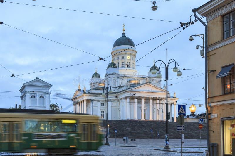Tranvía que pasa por el cuadrado del senado de Helsinki foto de archivo