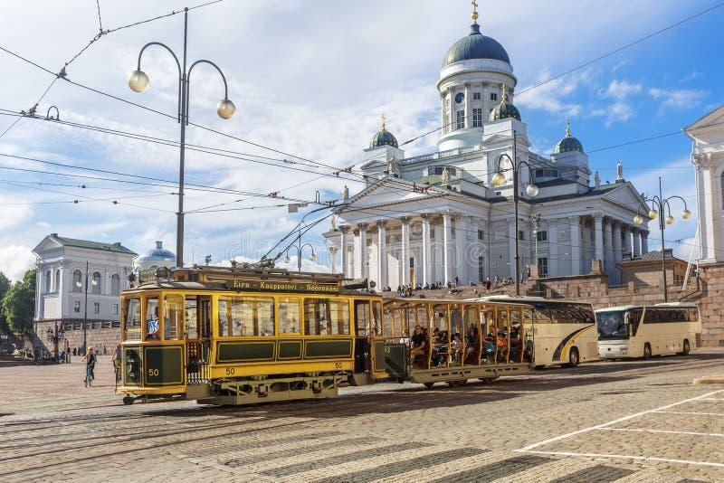 Tranvía que pasa por el cuadrado del senado de Helsinki (Senaatintori) helsinki imagenes de archivo