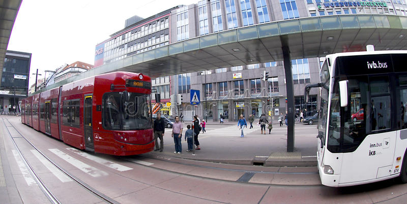 Tranvía roja de Innsbruck y omnibus blanco
