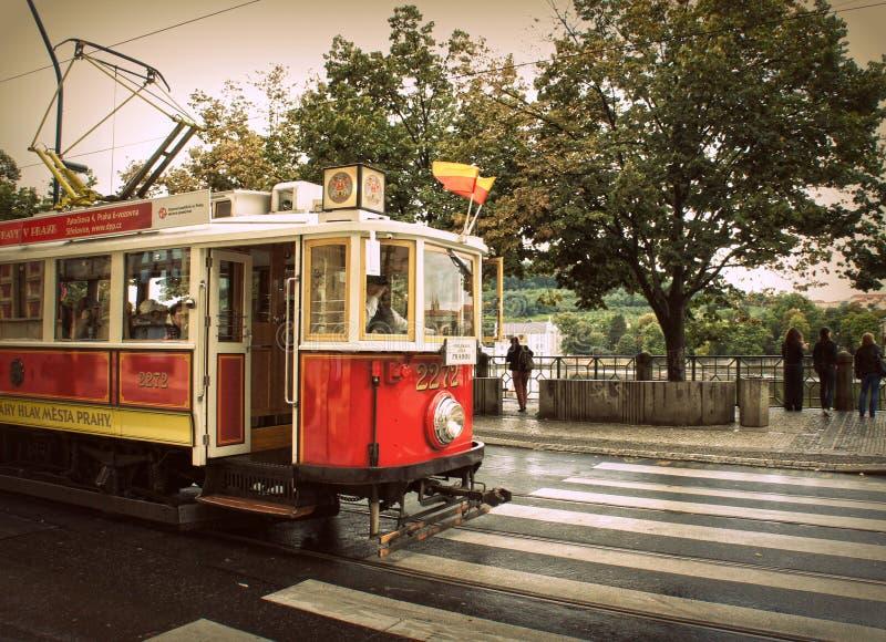 Tranvía roja retra en las calles de Praga foto de archivo