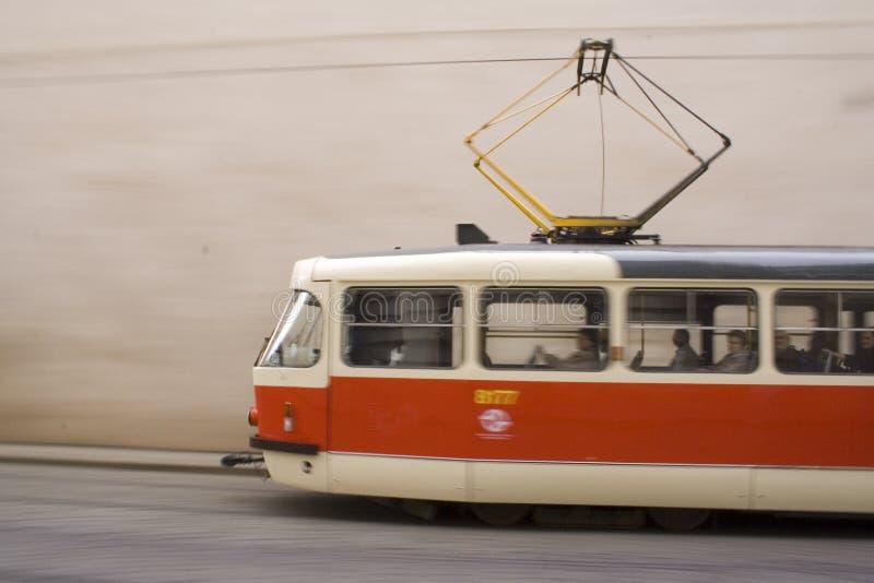 Tranvía rojo y blanco en Praga II fotos de archivo