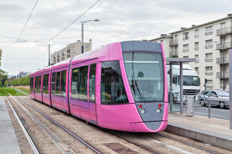 Tranvía rosada en Reims foto de archivo