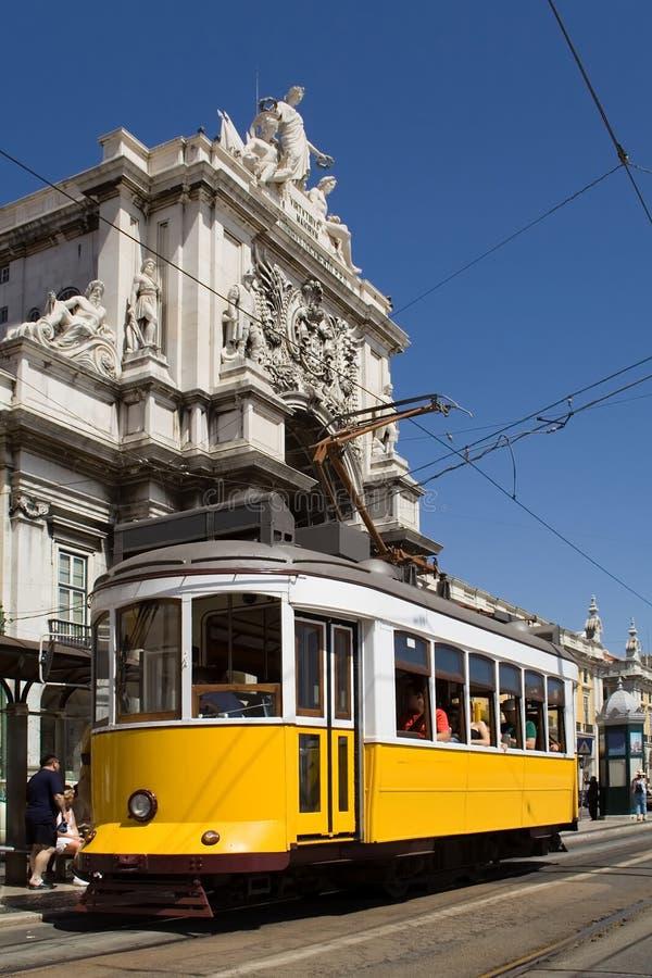 Tranvía típica en Lisboa imagenes de archivo