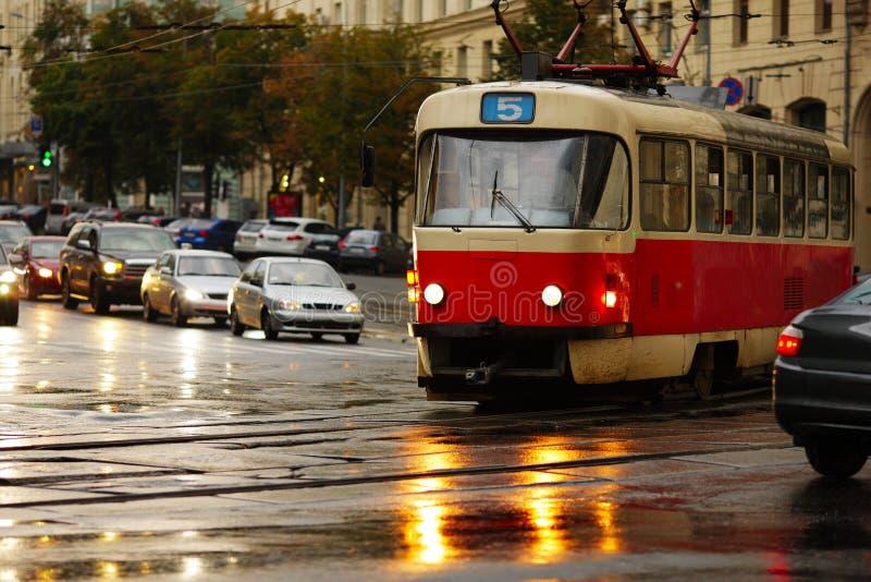 Tranvía vieja en la calle de la ciudad fotos de archivo