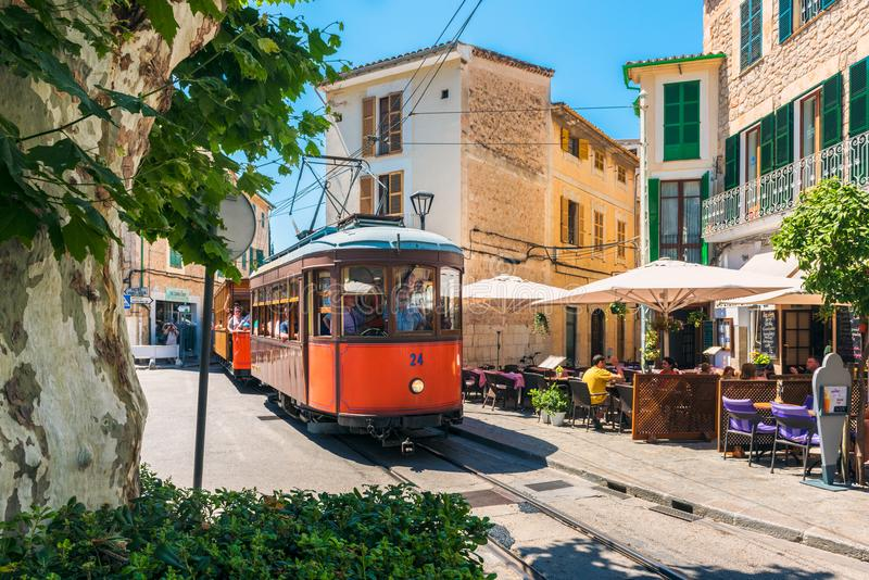 Tranvía vieja que conduce en la calle de Soller Mallorca España foto de archivo