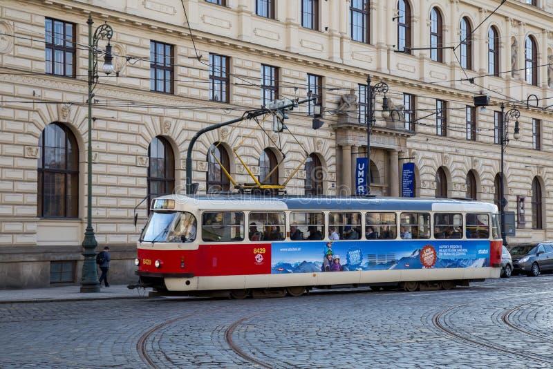 Tranvía viejo en Praga foto de archivo