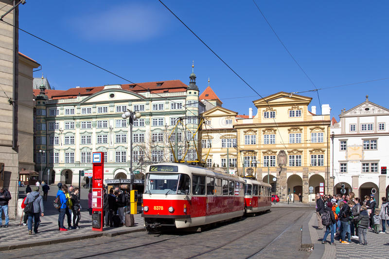Tranvía viejo en Praga fotos de archivo
