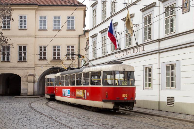 Tranvía viejo en Praga imagenes de archivo
