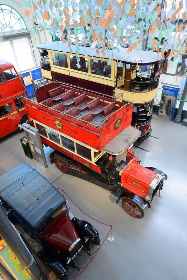 Tranvía y autobús británicos - museo del autobús de dos pisos del vintage del transporte de Londres fotografía de archivo libre de regalías