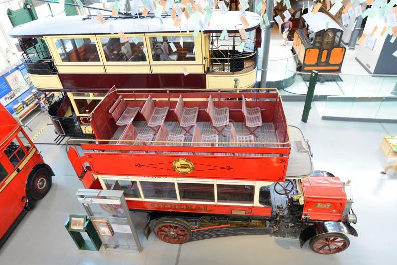 Tranvía y autobús británicos - museo del autobús de dos pisos del vintage del transporte de Londres imagen de archivo libre de regalías