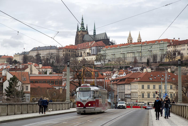 Tranvía y castillo de Praga fotografía de archivo