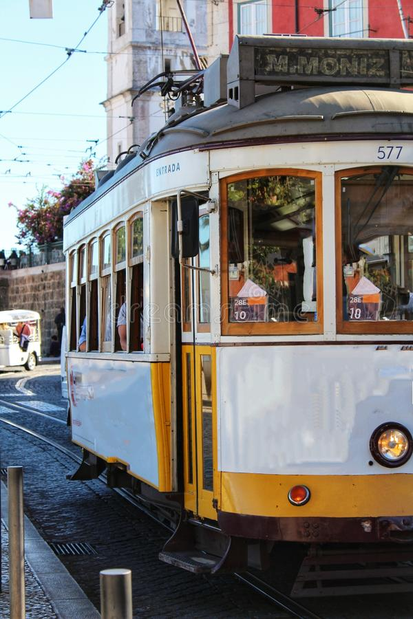 Tranvías coloridas a través de las calles de Lisboa en otoño fotos de archivo