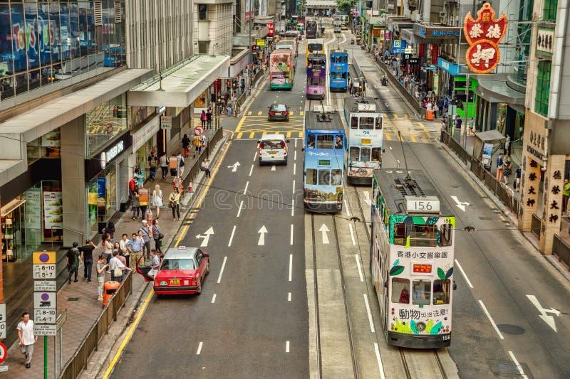 Tranvías del autobús de dos pisos en el camino del DES Voeux, en Hong Kong imágenes de archivo libres de regalías