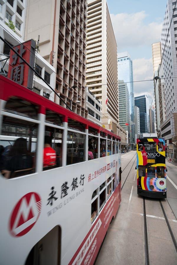 Tranvías del autobús de dos pisos en las calles de Hong Kong foto de archivo libre de regalías