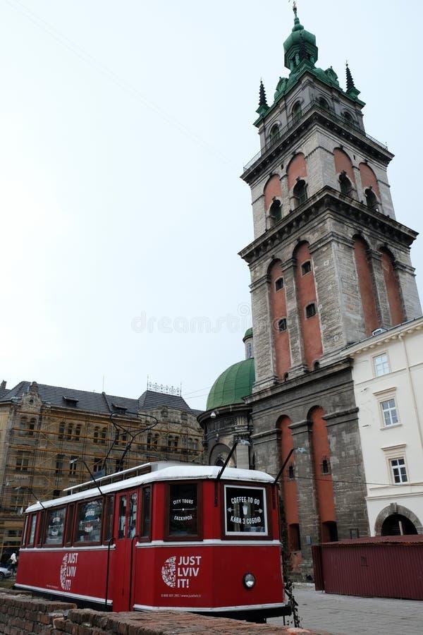 Tranvías en la ciudad, templo antiguo del vintage en la ciudad de Lviv Ucrania 15 03 2019 fotos de archivo libres de regalías
