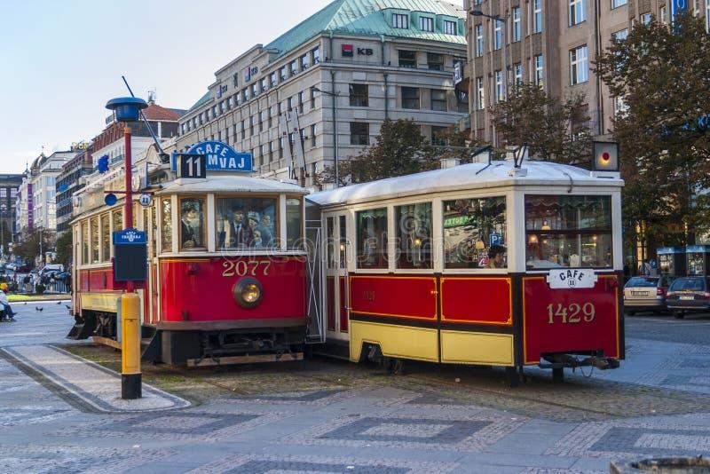 Tranvías en Praga imagenes de archivo