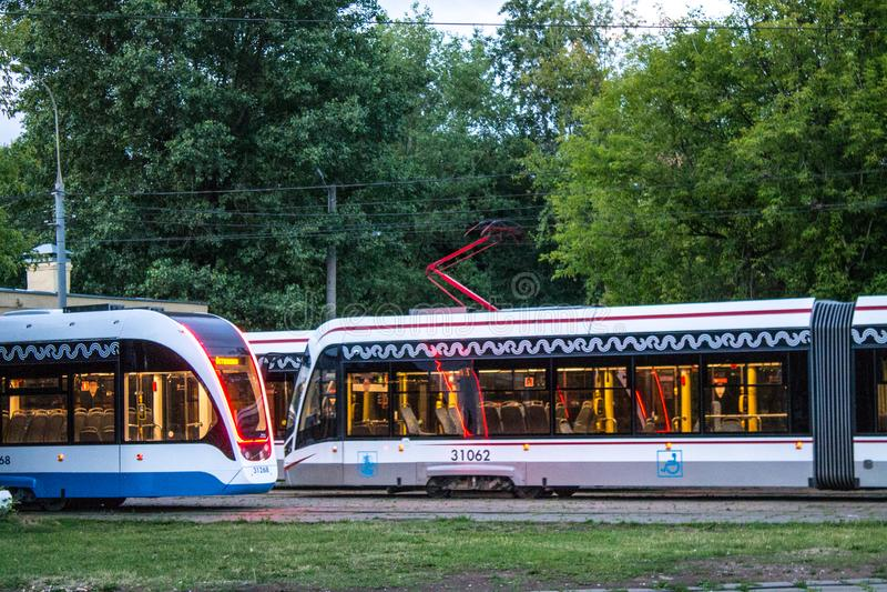 Tranvías modernas de Moscú en el depósito imagen de archivo