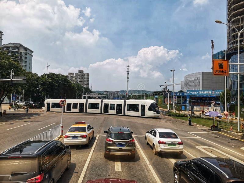 Tranvías que corren en la calle de la ciudad de Wuhan imagen de archivo