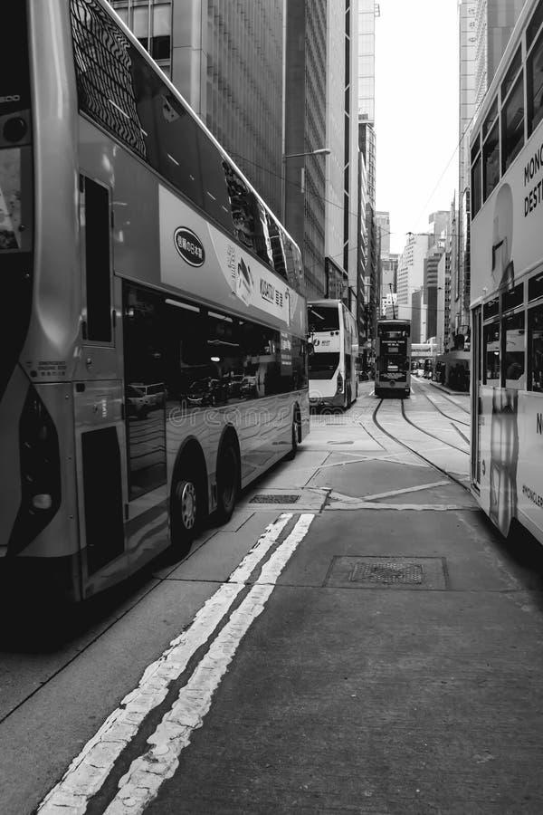 Tranvías y autobuses que acometen en las calles de Hong Kong fotos de archivo libres de regalías
