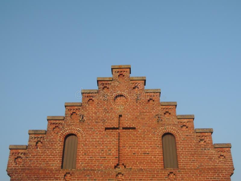 Trap aan Hemel - geveltop van kerk met kruis royalty-vrije stock foto