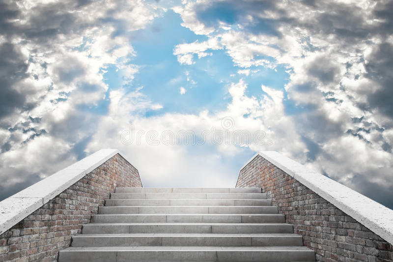 Trap die tot de bewolkte hemel leiden stock afbeeldingen