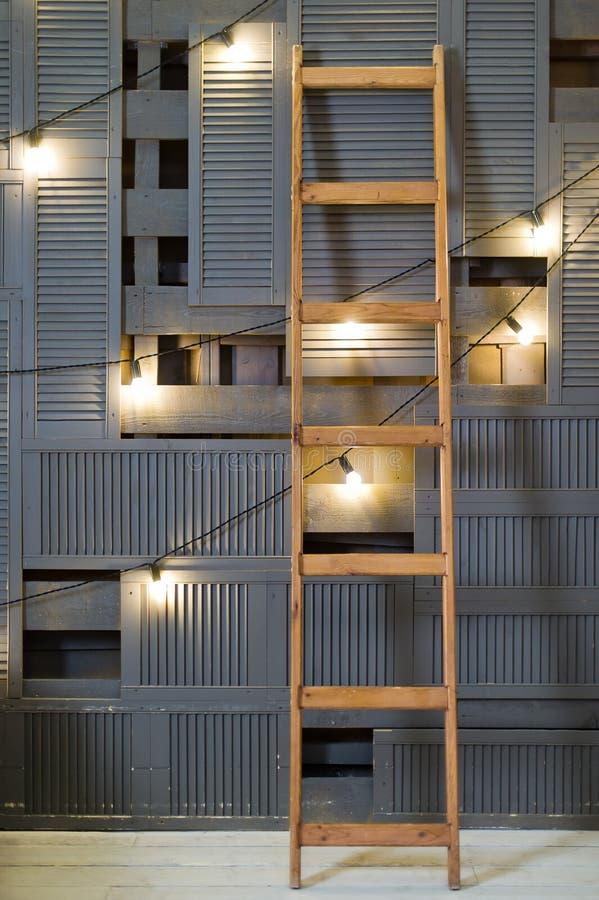 Trap die zich tegen een houten muur, retro slinger bevindt stock afbeeldingen