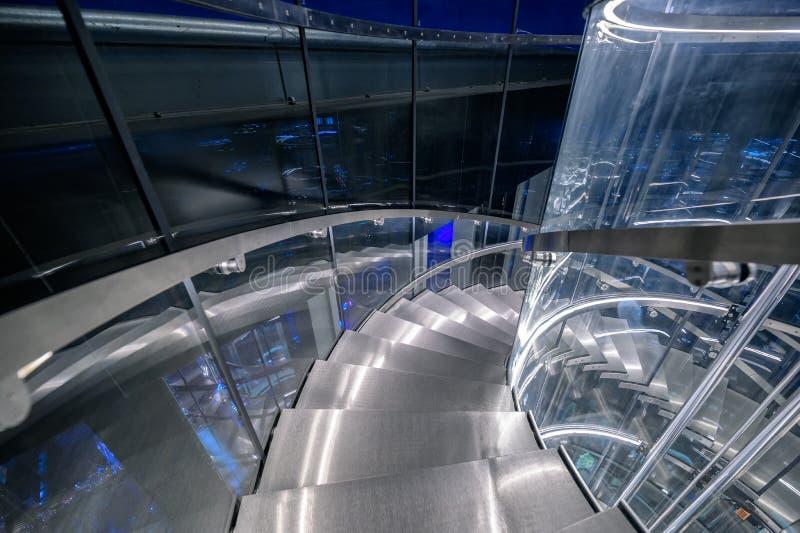 Trap met de tunnellift van de liftcirkel in de moderne bouw stock fotografie
