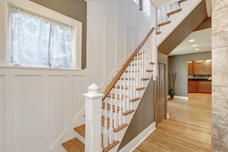 trap met wit en bruin traliewerk en hout met panelen