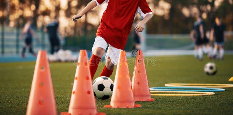 Trapani di calcio: Il trapano di slalom Trapani di pratica di calcio della gioventù fotografia stock libera da diritti