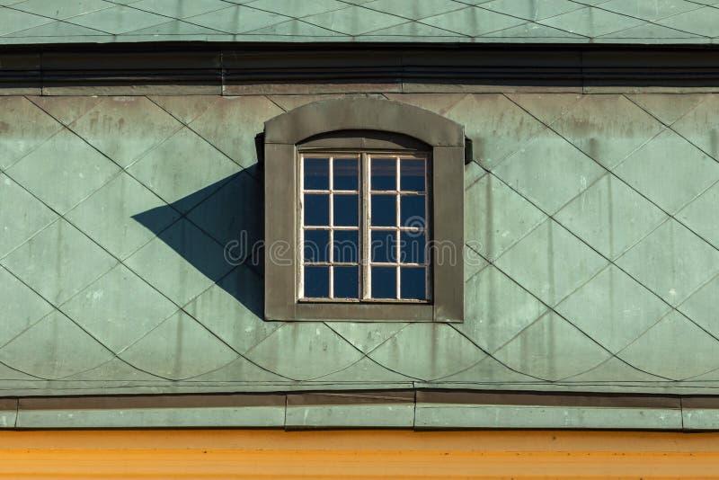 Trapeira no telhado verde velho fotografia de stock
