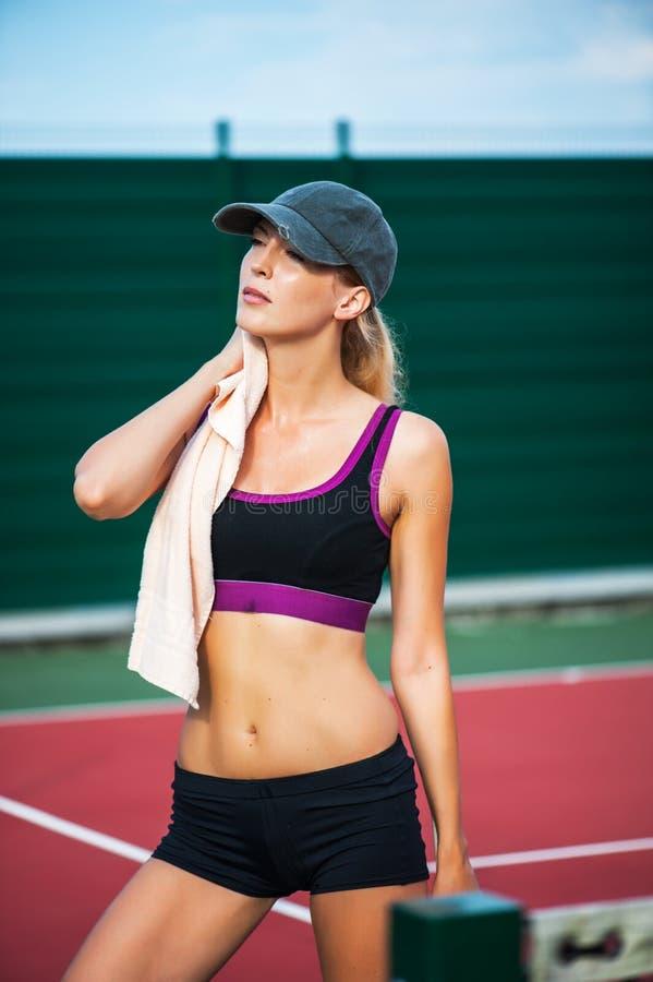 Trapo del jugador de tenis de la mujer sudado con la toalla fotografía de archivo libre de regalías