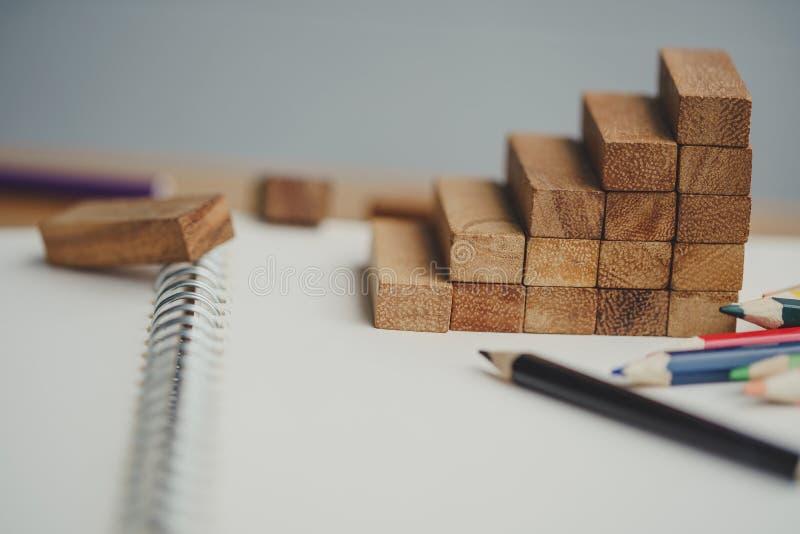 Trappa av tr?snitt p? anteckningsboken med kul?ra blyertspennor royaltyfri fotografi