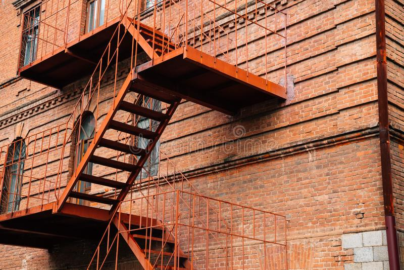 Trappa för brandflykt och gammal tegelstenbyggnad i Khabarovsk, Ryssland royaltyfri fotografi