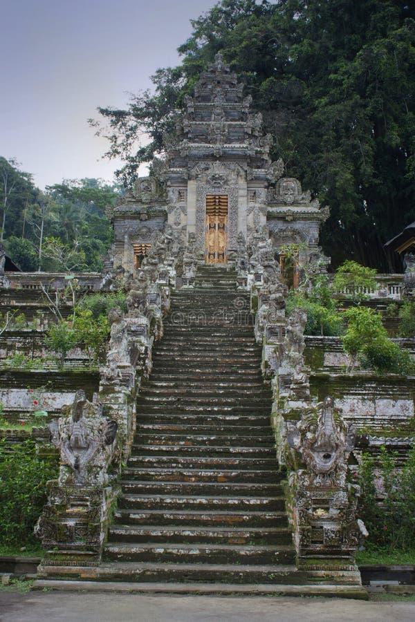 Trappa för buddistisk tempel med statyer i Bali, Indonesien arkivbilder