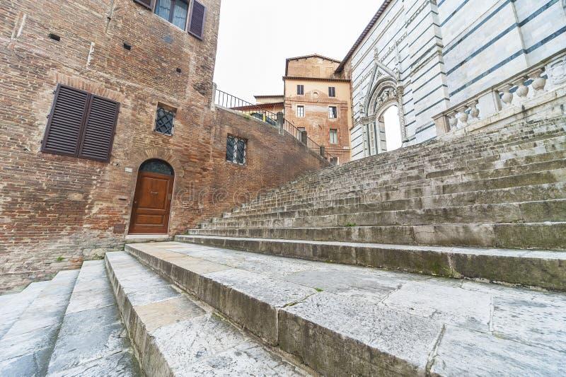 Trappa i den historiska staden Siena, Italien fotografering för bildbyråer