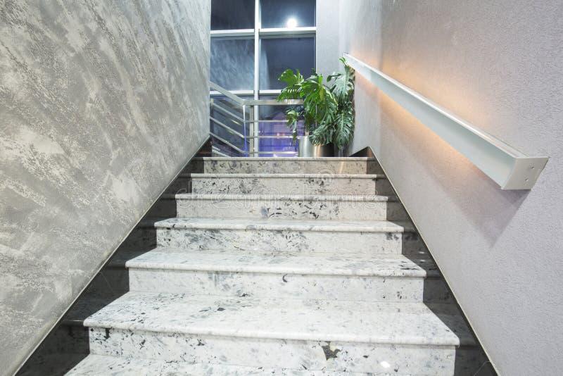 Trappa i en modern elegant byggnad arkivfoto