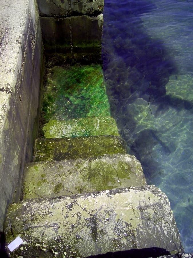 Trappa in i havet arkivbild