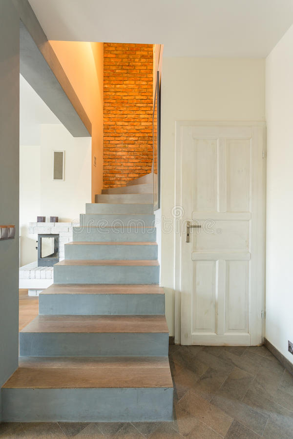 Trappa i modern småhus royaltyfria foton