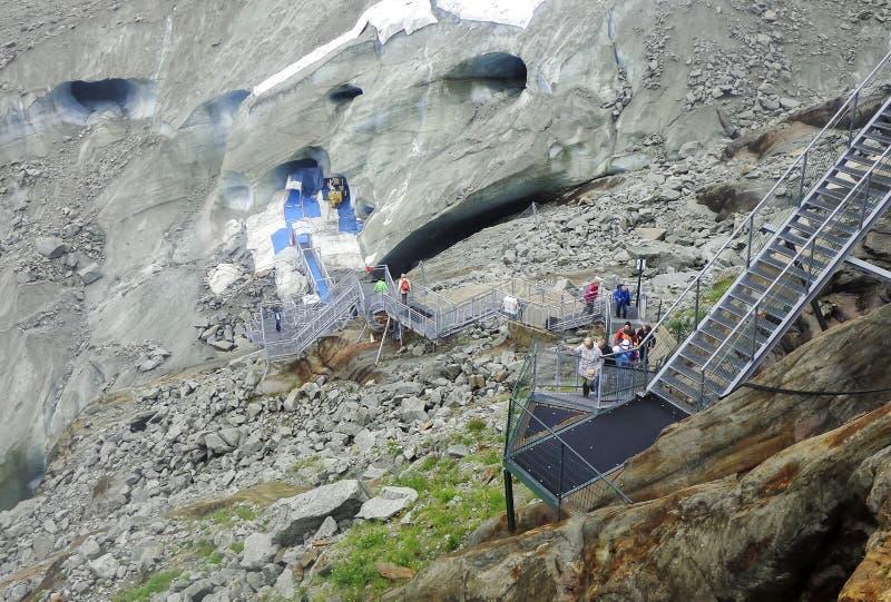 Trappa i Montenvers till isgrottan på havet av isglaciären arkivfoton