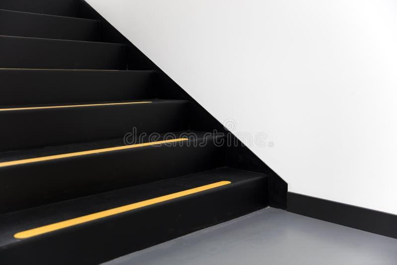Trappa med den gula linjen fotografering för bildbyråer