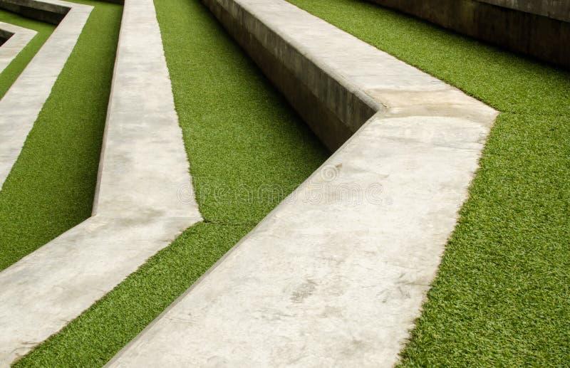 Trappa med grönt konstgjort gräs royaltyfria bilder