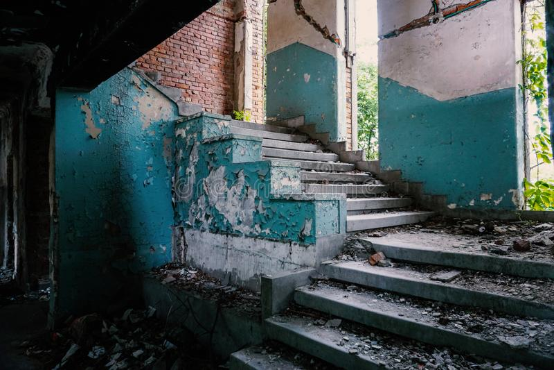 Trappa och brutna fönster i en övergiven missnöjd byggnad arkivfoton
