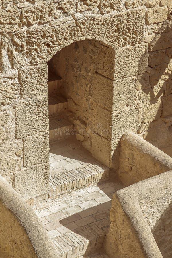 Trappa och passage i slotten av Santa Barbara arkivbild
