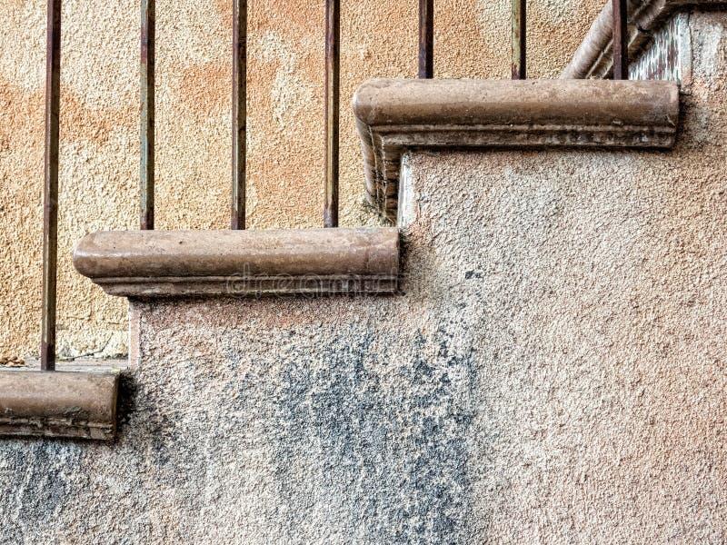 Trappa och stuckaturväggar royaltyfria bilder