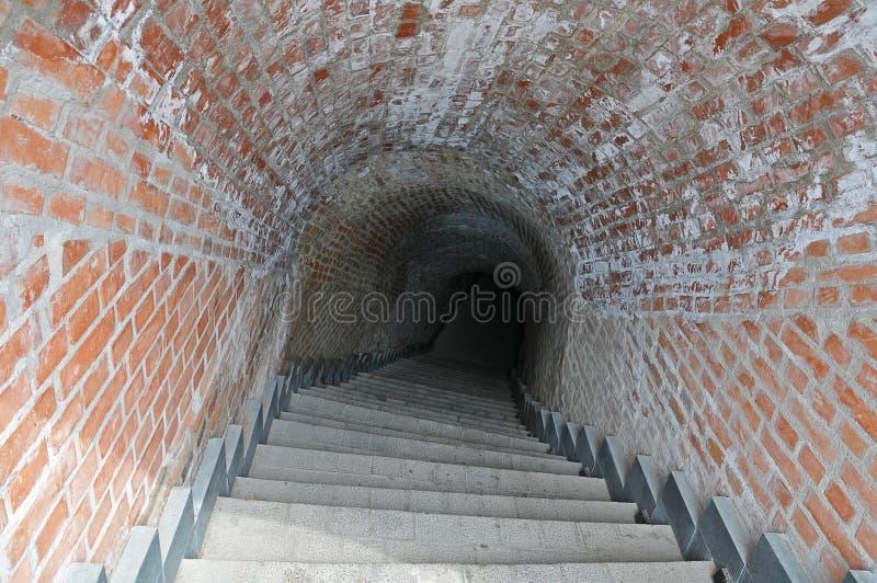 Trappa och underjordisk gammal passage royaltyfri bild